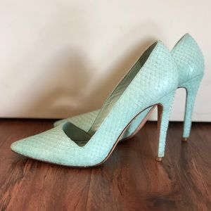 ❤️ Alice and Olivia Dina Snake Embossed Aqua Pumps